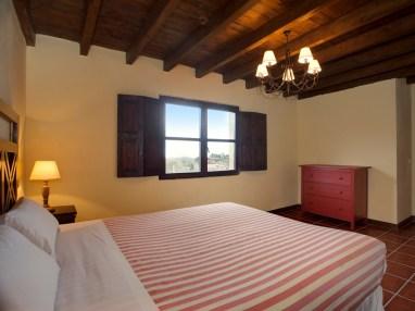 Dormitorio con baño en la casa rural para 10 personas en Llanes