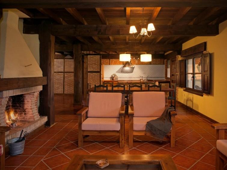 Salón-comedor con chimenea en la casa rural para 10 personas en Llanes