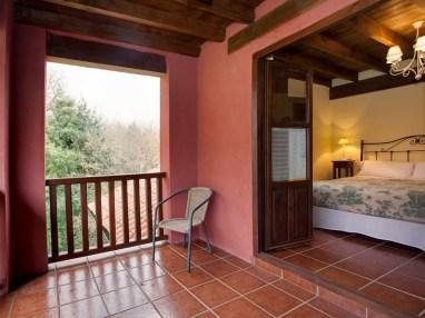 Schlafzimmer mit Balkon in Ferienhaus für 10 Personen
