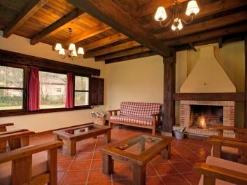 Wohnzimmer mit Kamin in Ferienhaus für 10 Personen