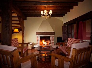 Wohnzimmer mit Kamin für 10Personen in Ferienhaus