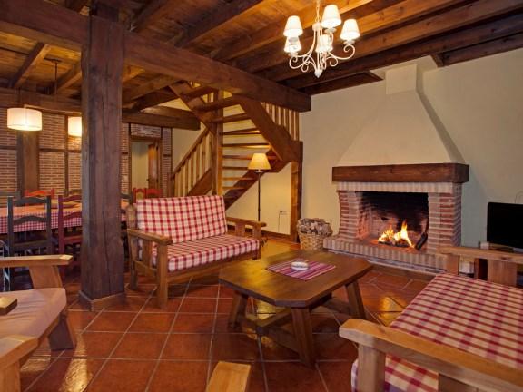 Wohnzimmer mit Kamin für 10 Personen in Ferienhaus