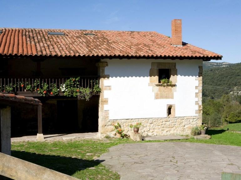 Fassade von Ferienhaus in Cantabrien