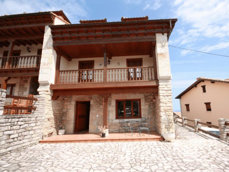Fachada principal y terraza