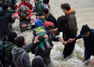refugees-migrants-greece-macedonia-river (9)