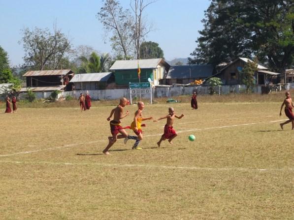 Jóvenes monjes jugando a fútbol en Hsipaw.
