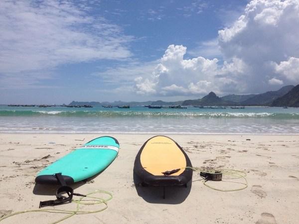 surf para novatos en la playa de Selong, Lombok