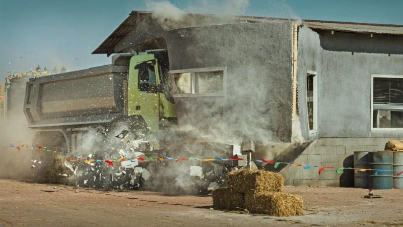 A Volvo Trucks resolveu mostrar a durabilidade e estabilidade dos seus caminhões colocando uma garotinha de 4 anos para dirigir um dos seus caminhões Volvo FMX. Tudo isso remotamente já que seria complicado para Sophie alcançar os pedais dentro do caminhão. Usando o controle remoto, ela testou o controle automático de tração e tudo que esses veículos conseguem fazer.
