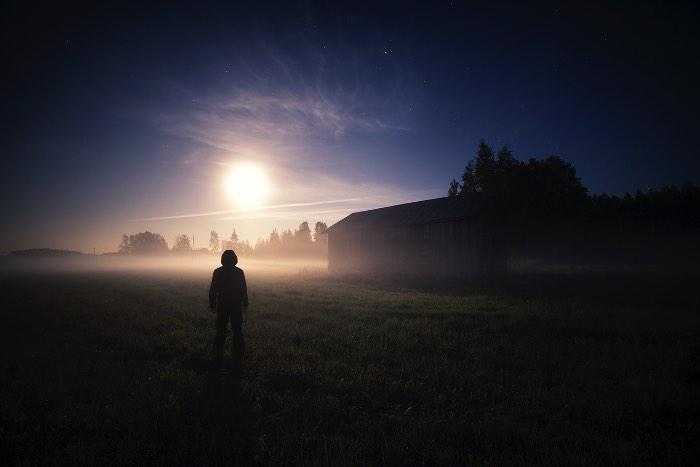 Mika Suutari é um fotógrafo baseado no sul da Finlândia e, quase, especializado em capturar atmosferas que misturam a beleza natural com um clima assustador. Mas, o início de sua carreira começou um pouco diferente, com o foco apenas na fotografia de natureza. Foi com o passar dos anos que ele foi adicionando mais e mais elementos e descobriu como que ele gostava de usar da sua fotografia para passar uma sensação ou uma mensagem. Por isso mesmo que Mika Suutari gosta tanto de fotografar a noite e nas manhãs. É só assim que ele pode capturar as neblinas e as névoas que transformam o mundo em um lugar silencioso e misterioso.