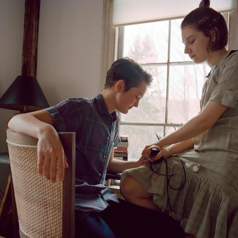 Bookends é uma série de fotografias criada pela fotógrafa americana Phoebe Snyder. Nessa série de auto-retratos, você vai ver de forma íntima o relacionamento que a artista teve com uma outra mulher. As fotografias foram feitas através de três anos e mostram pequenos momentos do dia a dia do casal, como fragmentos de uma vida que pode ser compreendida apenas nesses pedaços.