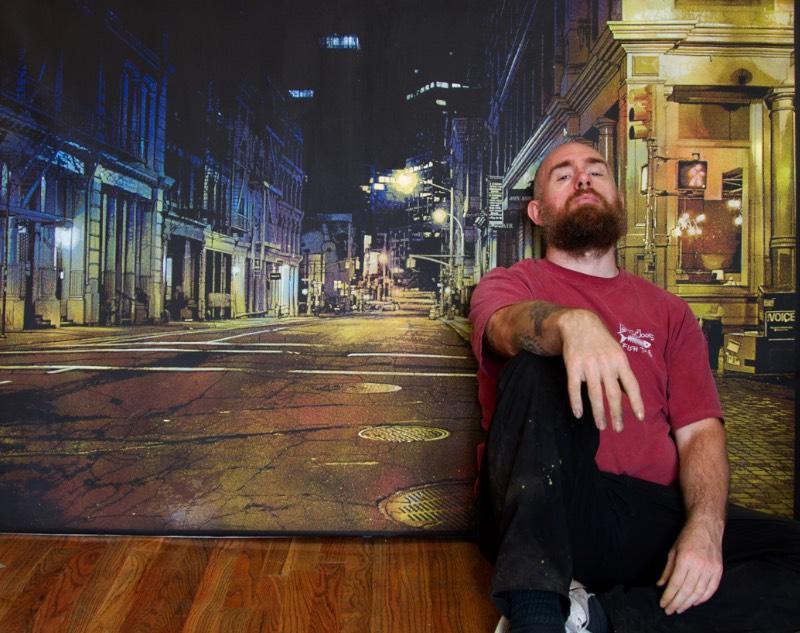 O que mais me chamou a atenção no trabalho de Logan Hicks é como ele consegue criar cenários mais do que realistas usando de uma técnica complexa que usa de muitas camadas e muita tinta. E, mesmo com toda essa complexividade, ele consegue usar seus sprays para criar algo especial. Além de tudo isso, a forma com a qual ele explora as cores e as luzes da noite são fantásticas e dão quase uma dimensão poética para suas obras.