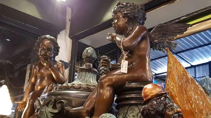 figurki aniołów w sklepie.