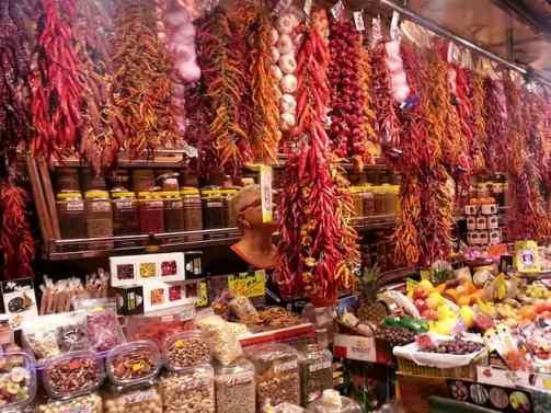 stoisko na bazarze z bardzo duzym wyborem owoców, orzechów, papryki itp.