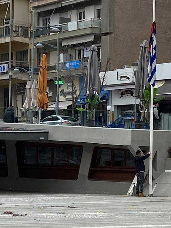 Άντρας κατέβασε την ελληνική σημαία στην κεντρική πλατεία της Κοζάνης και καμάρωνε το κόκκινο κασκόλ!