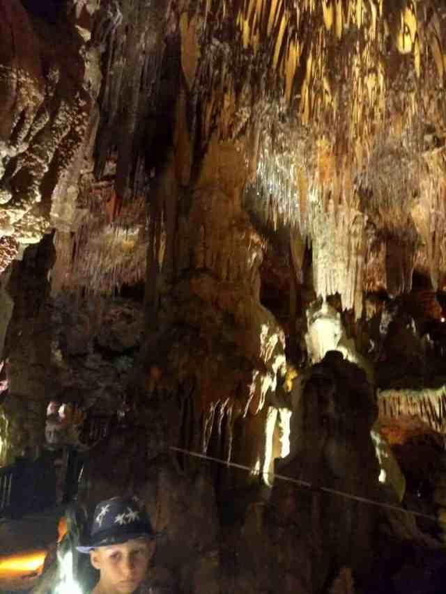 Пещера Дамлаташ в Алании сталактитыт сталагмиты
