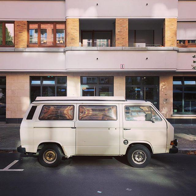 Vor meinem Bürofenster in Berlin steht seit Wochen ein T3 aus Köln, der nicht mehr fährt, dessen Besitzer immer mal wieder vorbei schaut und die Strafzettel einsammelt. Der ADAC war auch mal da, hat aber nix genützt. Ich freue mich jeden Tag darüber, dass er noch da steht