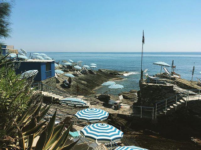 Mittagspause in einem alten Mittelmeerfreibad in Nervi, Genua. Das Mittelmeer verschiedet. Danach hat sich dann auch in einem Autobahntunnelstau bei 36 Grad unsere Klimaanlage verabschiedet.