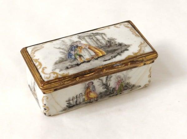 Boîte en émail à décor polychrome et grisaille. (c) Luc de Laval , Proantic.