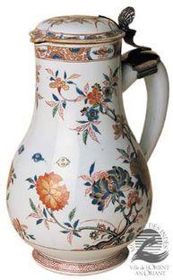 Porcelaine, émaux polychromes sur couverte, or et argent. Chine - règne de Kangxi (1662-1722), verseuse vers 1715-1720, monture vers 1735-1740