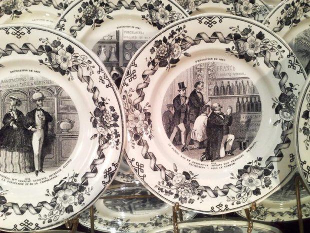 12 assiettes par Creil et Montereau sur l'exposition universelle de 1867 à Paris . (c) Antiquités Martin, proantic