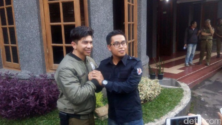 Ari Safrizal Wildan (kiri) meminta maaf dan menyalami perwakilan polisi