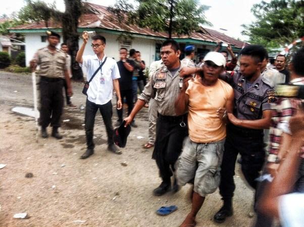 Nampak petugas mengamankan salah satu warga yang diduga provokator. (Foto: dadang/ProBMR)