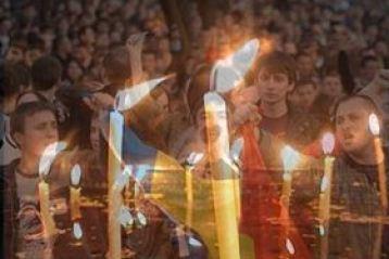 Lumanare de doi metri aprinsa in fata hotelului Intercontinental in memoria eroilor Revolutiei