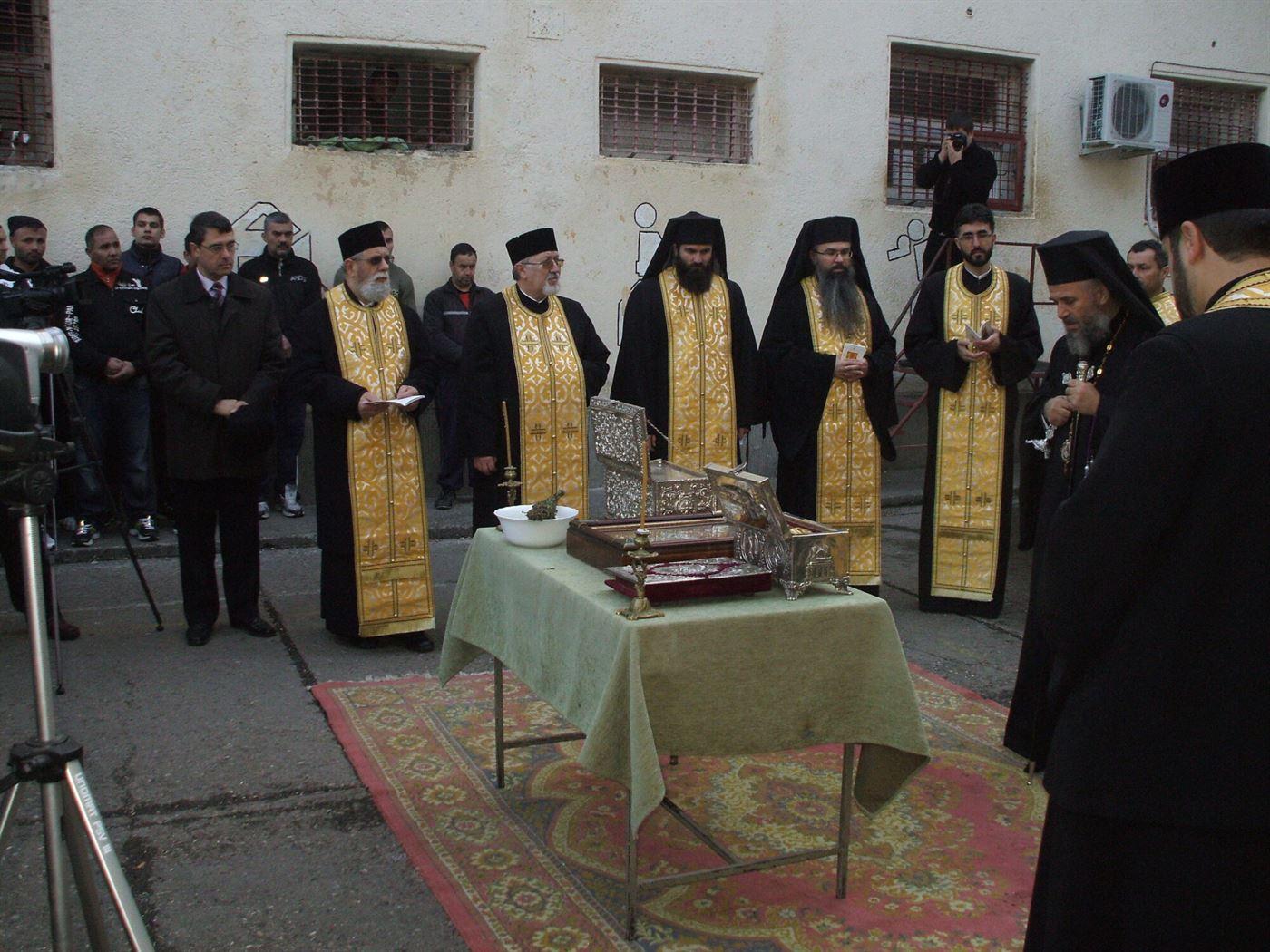 Moastele Sfantului Ierarh Nicolae aduse o ora spre inchinare la Penitenciarul Braila