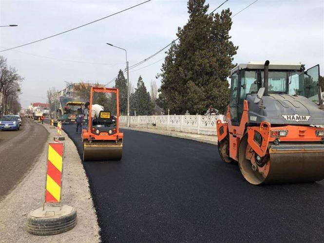 În sfârșit a început asfaltarea pe Calea Galați