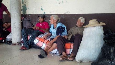 Desplazados por la narcoviolencia de los municipios de San Miguel Totolapan; Apaxtla de Castrejón y Heliodoro Castillo, refugiados en la casa de Bienes Comunales de Tlacotepec. Foto : Ezequiel Flores