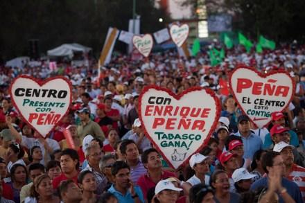 Simpatizantes de Peña Nieto durante un mitin en Villahermosa, Tabasco.  Foto: Miguel Dimayuga