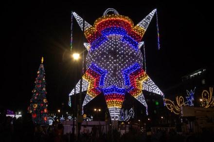 La decoración navideña instalada en el Zócalo capitalino.  Foto: Xinhua / Alejandro Ayala