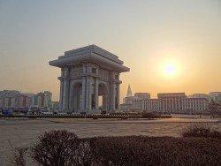 """Vítězný oblouk v Pchjongjang, zdroj: """"Arch-of-Triumph-2014"""" od Bjørn Christian Tørrissen"""