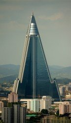 "Hotel Rjugjong, zdroj: ""Ryugyong Hotel - August 27, 2011 (Cropped)"" od Joseph Ferris III"