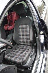 Kárované sedačky k GTI patří.
