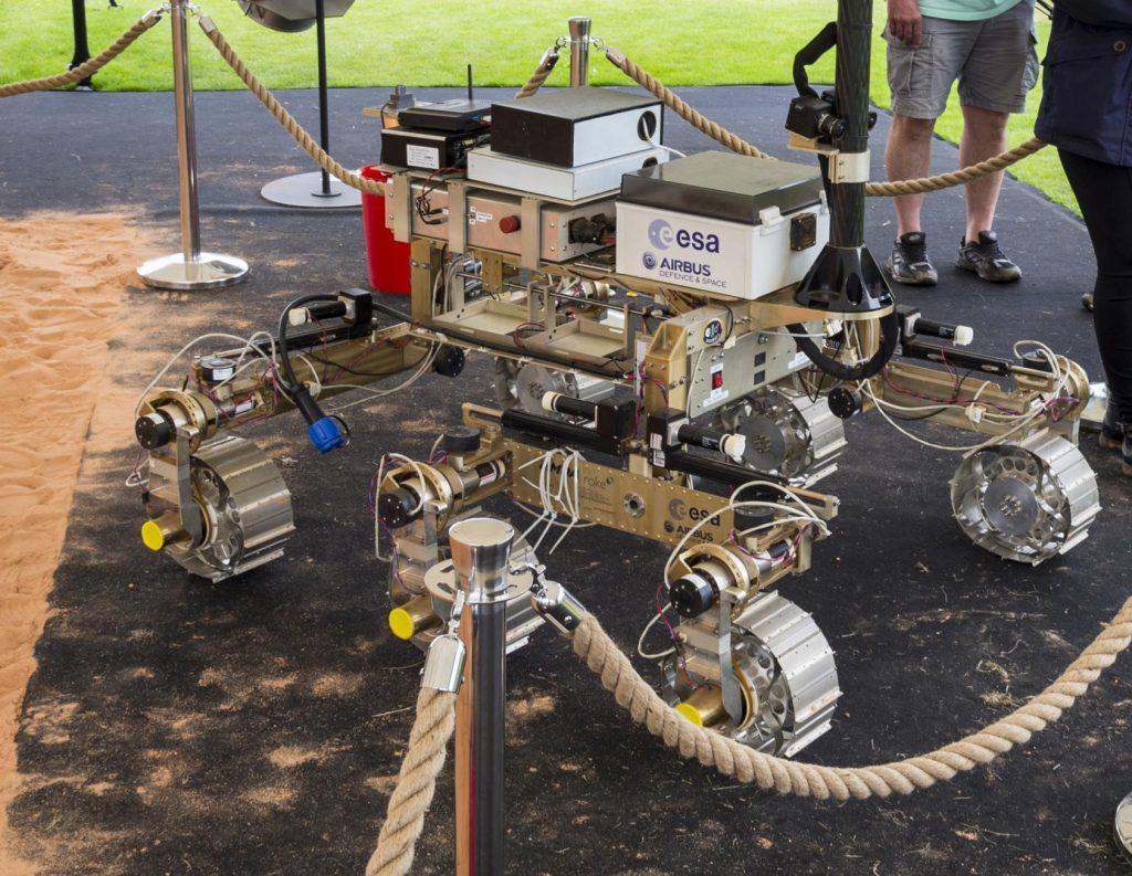 Jo, je tu i vozítko určené pro jízdu po Marsu.