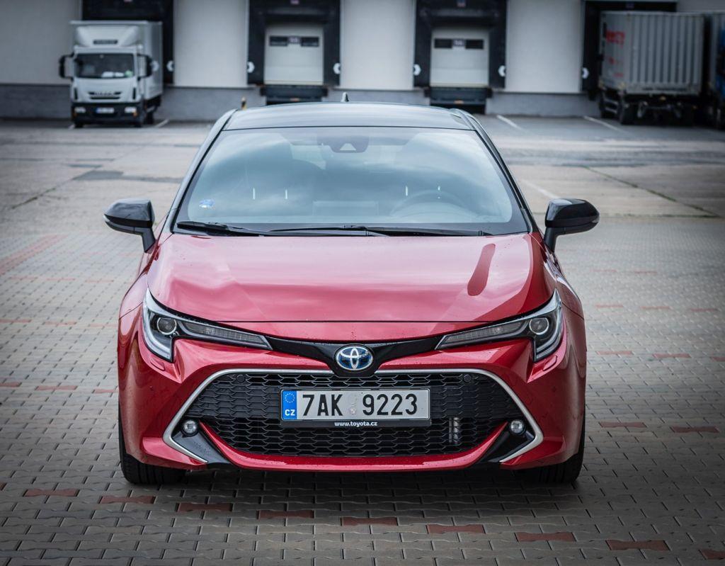 Golf, Focus, Astra, tihle všichni se musí mít na pozoru. Toyota Corolla ve městě ukazuje své výhody.