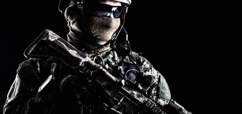 Člen elitní armádní jednotky se zbraní
