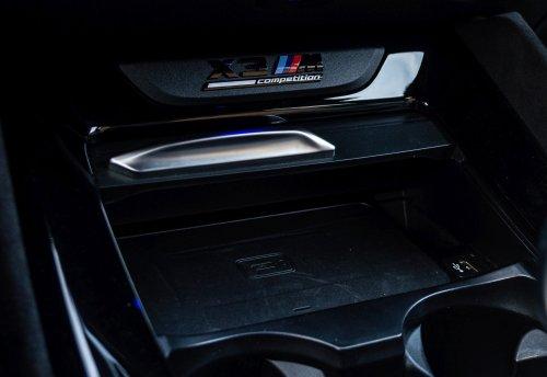 Apple CarPlay a Android Auto je bezdrátový, ale aby se telefon nevybil, můžete jej dobíjet bezdrátově.