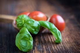 pomodoro-e-basilico-alla-base-del-pesto-alla-trapanese