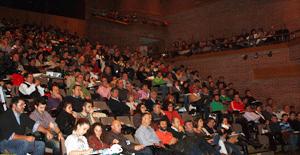 El amplio aforo del salón de actos se completó con el gran número de asistentes registrado en esta edición.