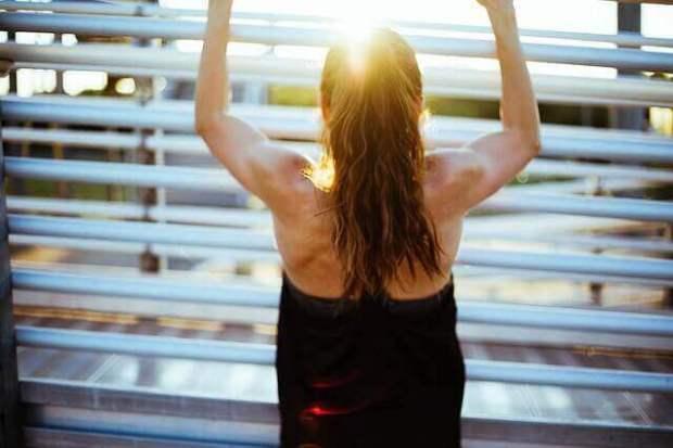 mujer-deporte-ejercicio-amanecer