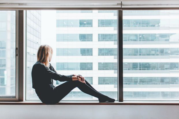 mujer-ventana-luz-sentada