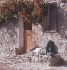 Alberto tumbado en el poyo