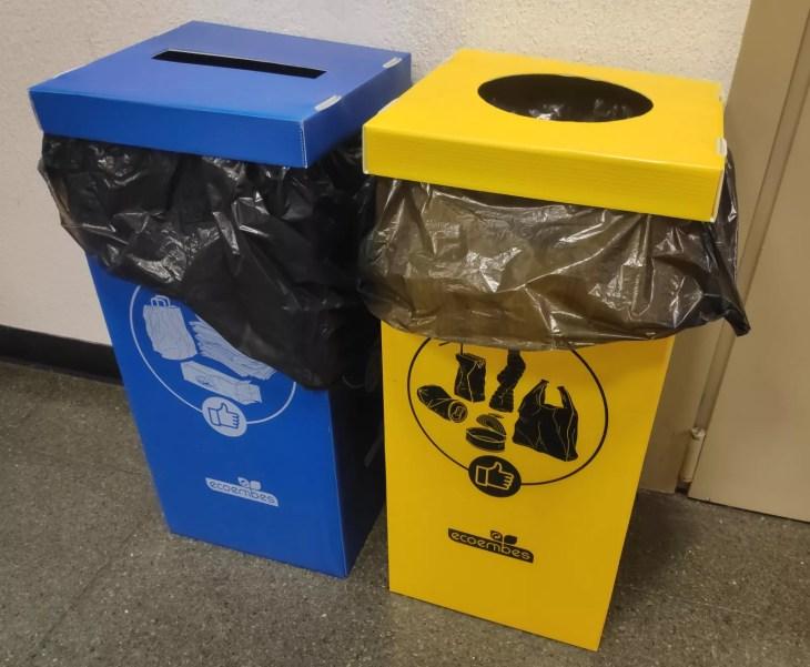Papeleras de reciclaje azul y amarilla de ecoembes