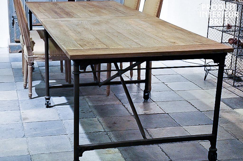Grande table de tapissier  mobilier industriel  Table de tapissier dont la longueur est ici