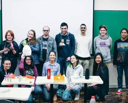 alunos da pucpr aprendendo sobre impressão 3d nos três anos da produteca