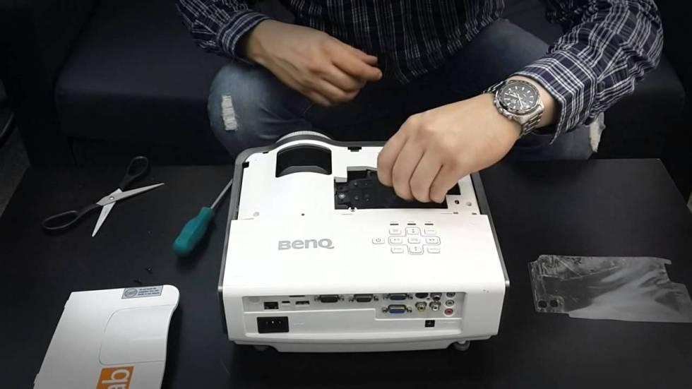 Как заменить лампу проектора?