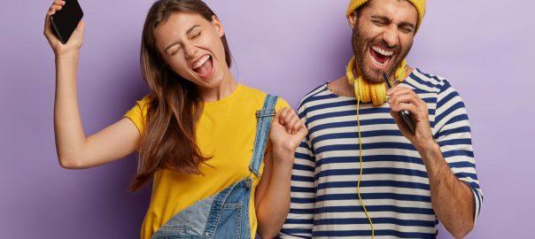 dos personas escuchando música