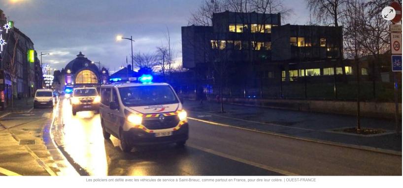 VIDÉO. À Saint-Brieuc, les policiers font hurler les sirènes pour dire leur colère contre Macron